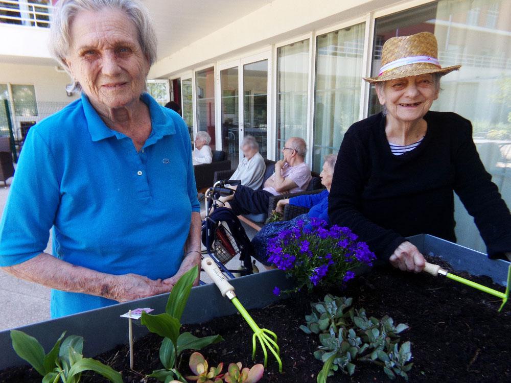 La méthode Montessori appliquée aux seniors atteints de troubles cognitifs (Alzheimer)
