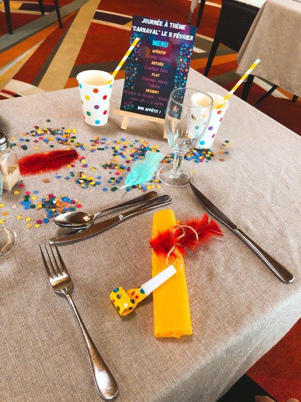 La décoration de table pour le menu spécial Carnaval à l'EHPAD Le Pré Fornet